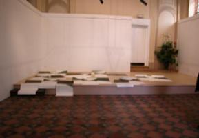 papiers déposés sur le sol de l'estrade de la Chapelle du Carmel