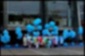 des ballons bleus et des personnes posant pour une danse macabre