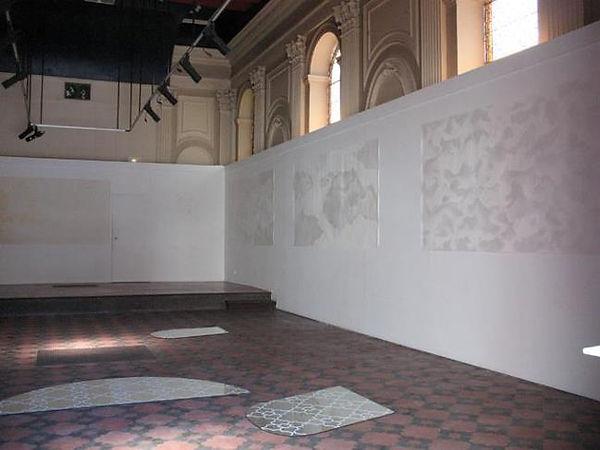 dessin de Thierry Gravallon au mur et miroirs au sol reprenant les motifs du sol de la Chapelle du Carmel