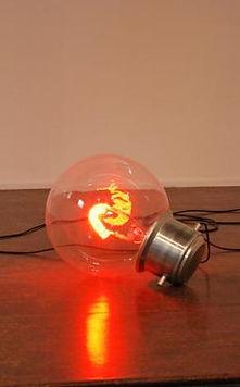 une ampoule rouge géante