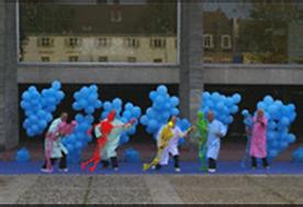 des personnes agées dansant avec des squelettes de couleur vive ballons bleus
