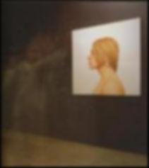 silhouette dans l'obscurité et à droite un portrait sur fond blanc