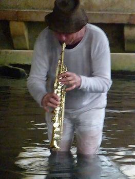 Will Menter dans l'eau  jouant de la musique