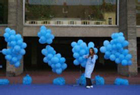 Mathilde jouant du violon devant les ballons bleus