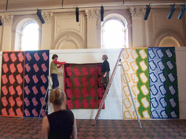 des toiles de Claude Viallat accrochées, un escabeau et des étudiants d'EMA fructidor