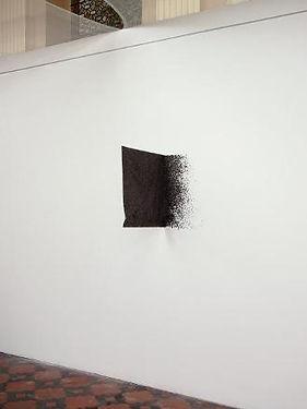 feuille de platre noir accrochée au mur