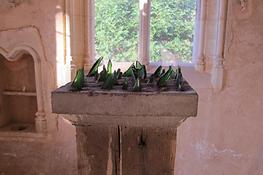 fragment de la sculpture de Stéphane Lallemand hérissée de tessons de bouteilles