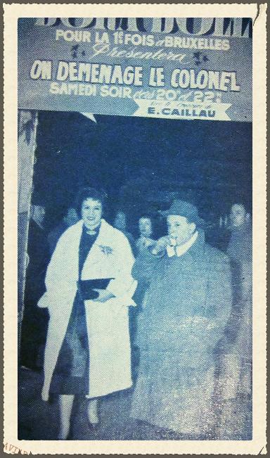 L'actrice DORA DOLL en visite lors d'un gala en 1954