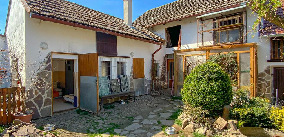 Malé stavení vedle našeho rodinného domu, které se po rekonstrukci stalo hlavním místem pro ubytovaní pejsků a koček.