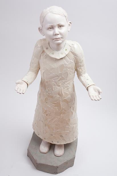"""""""Arven"""" h:114 cm porselens tallerkner, gips. Skulpturen handler om arven vi får med fra våre foreldres  synder. Mina foreldre vokste opp i en sekt som de senere gikk ut av, vi var utstøtte fra hela vår slekt og som 7 åring fikk jag høre att jag kunde gjøre skade på mine kusiners sjel. Jeg forstod ikke vad det betydde men det satt dype spor hos meg. Først som voksen innså jag att det var Arvesynden jag bar med mig. Verket ble gjort till en utstilling i Spelvik Kyrka, Nyköping."""