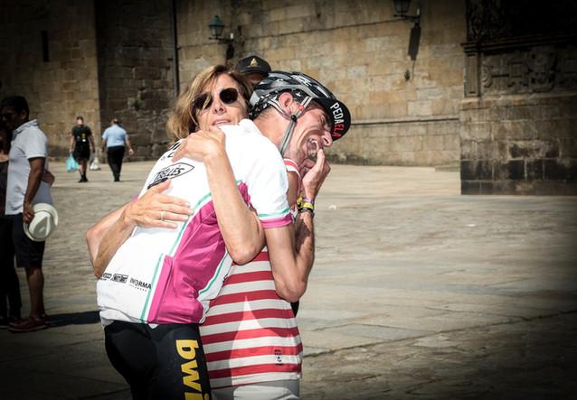 Abrazo de Alex Roca con su madre
