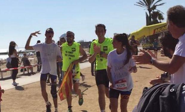 alex roca llegando a la meta en la triatlon de barcelona