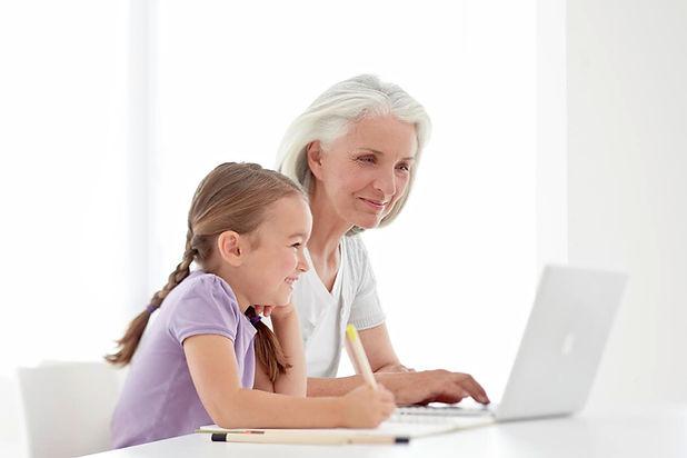 Grossmutter-und-Enkelin-beim-Lernen-web.