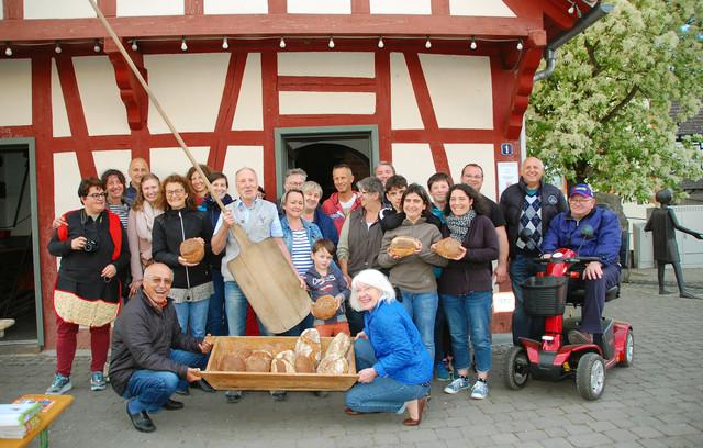 Freunde des Brotes backen gemeinsam mit Büdingern im Eckartshäuser Backhaus