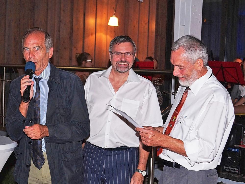 Dr. Walter (l.) und B.-U. Hohbein verleihen dem Ver-einsvorsitzenden Dr. Jörg Böning (HTC) die silberne Ehrennadel des TVBB (Foto: Verein)