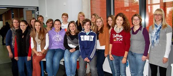 13 Schülerinnen und zwei gleichaltrige Kameraden der zehnten Klassen des Wolfgang-Ernst-Gymnasiums f