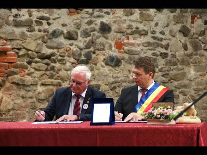 Die beiden Bürgermeister Erich Spamer (rechts) und Dorin Gheorghe Nistor bekräftigten mit ihrer Unterschrift die Fortsetzung der partnerschaftlichen Städteverbindung. Foto: Verschwisterungsverein