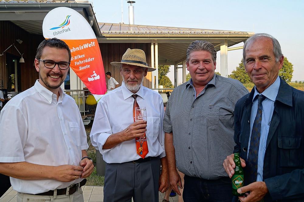 Andreas Groth und Dr. Jörg Böning (HTC) mit Marcus Nie-derwieser (TC Büdingen) und dem Präsidenten des TVBB Dr. Klaus-Peter Walter (Foto: Verein)