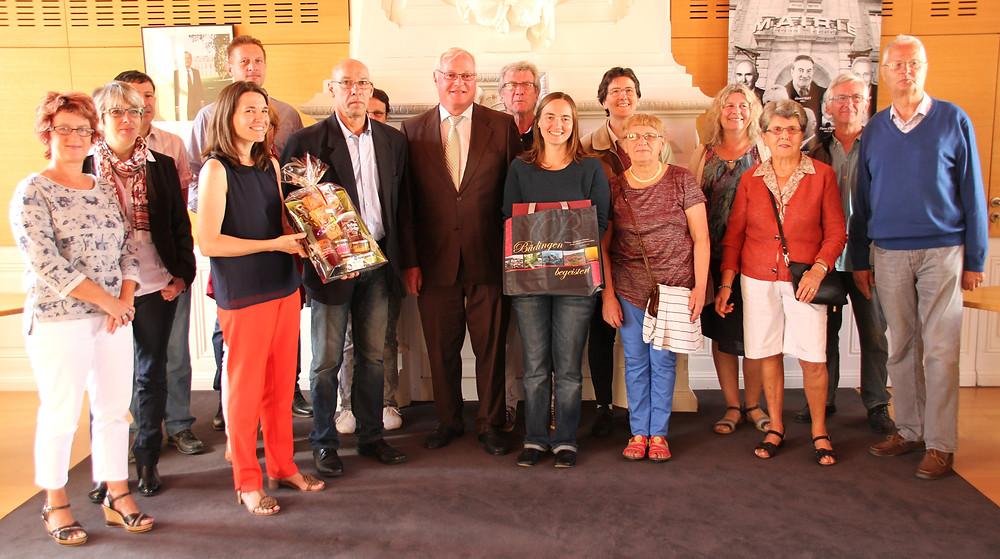 Die Büdinger Delegation und der Vorstand des Loudéacer Verschwisterungsvereins werden im Rathaus vom neuen Bürgermeister Bruno Le Bescaut (6.v.l.) empfangen.     Foto: Haury