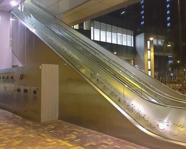 扶手梯玻璃磨砂貼設計及裱貼工程 Escalator Matt Glass Sticker Design & Installation