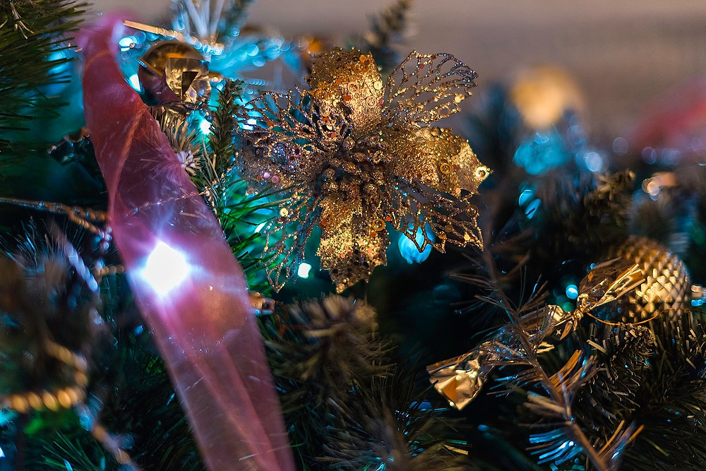 Decorate Christmas Tree With Flowers
