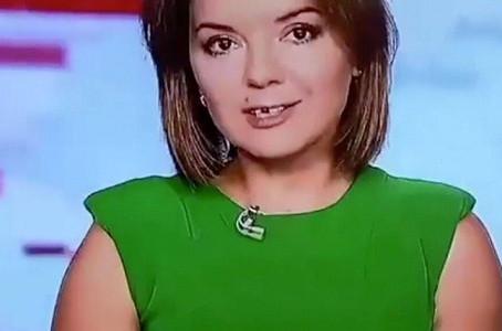 Live प्रसारण के दौरान न्यूज एंकर के दांत निकल गया फिर जो हुआ वो आप बिस्वास नहीं करोगे