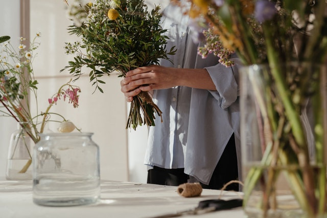 Use sugar water for giving food to cut flowers