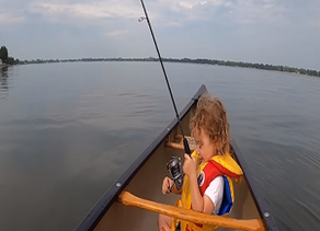 पहला मछली पकड़ने पर भावना से अभिभूत छोटा लड़का: 'मेरे पूरे जीवन का पहला दिन!' Little Boy Catch Fish