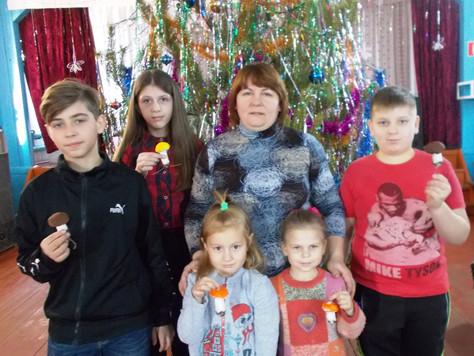 В Большедмитровском СДК детей научили мастерить елочные игрушки
