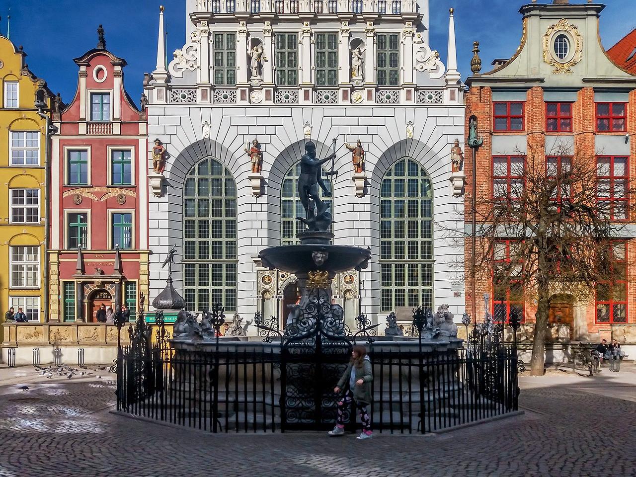 Der Artushof und der Neptunbrunnen auf dem Langen Markt in Danzig