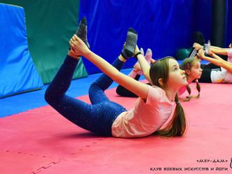 Бесплатная йога для детей от 8 до 17 лет.