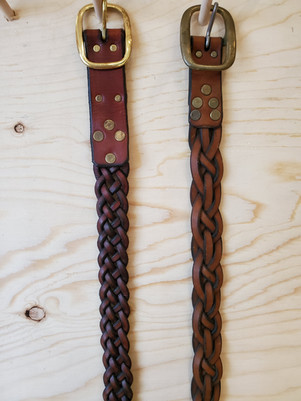 À gauche ceinture tressée 5 lanières style tissage, 95$.                           À droite, ceinture 5 lanières style celtique, 110$