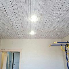 Натяжной потолок в стиле дерево есть раз