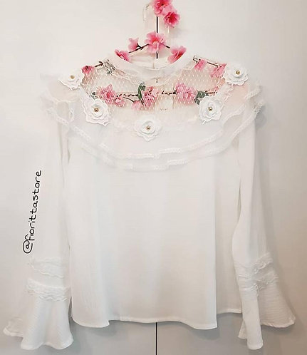 Blusa branca aplicações de flores