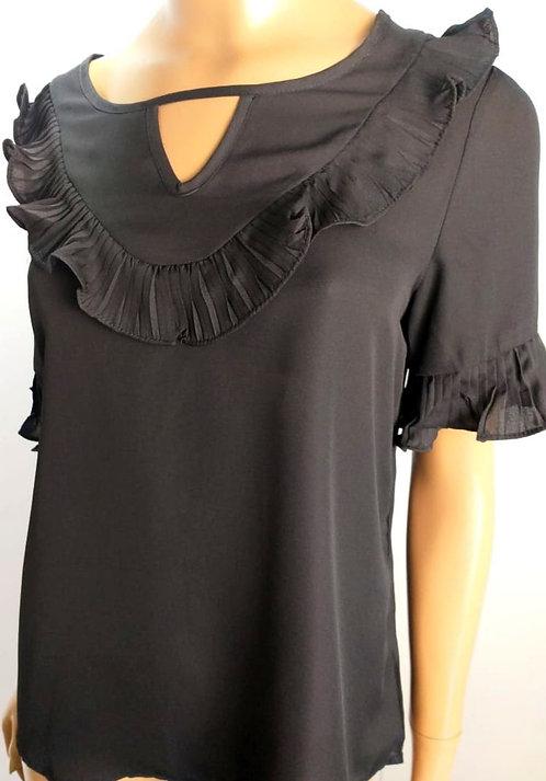 Blusa preta , detalhes em plissado.
