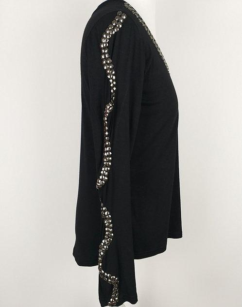 Blusa preta, manga pedrarias.