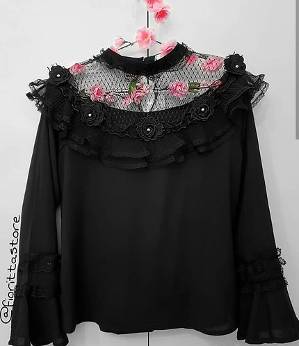 Blusa preta aplicações de flores