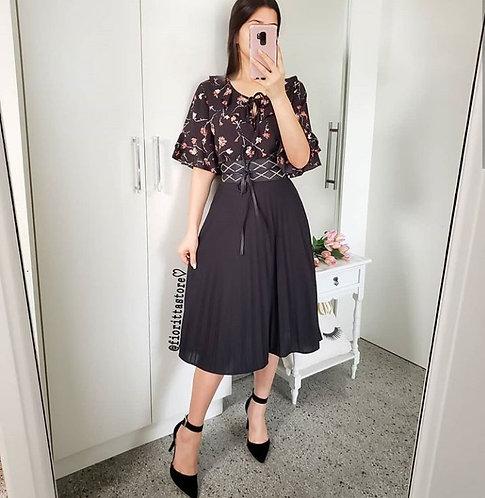 Blusa floral fundo preto manga babados
