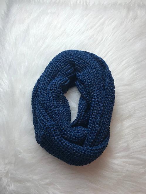 Gola tricô azul marinho.