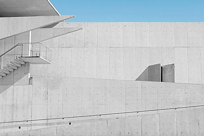 Mur blanc avec des escaliers