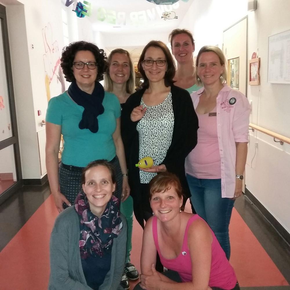 Viele ladies beim Verschönern der Gänge der Kinderkrebsstation / Helios