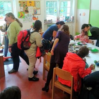 Basteln mit Kindern am Tag der offenen Tür des Helios Klinikums