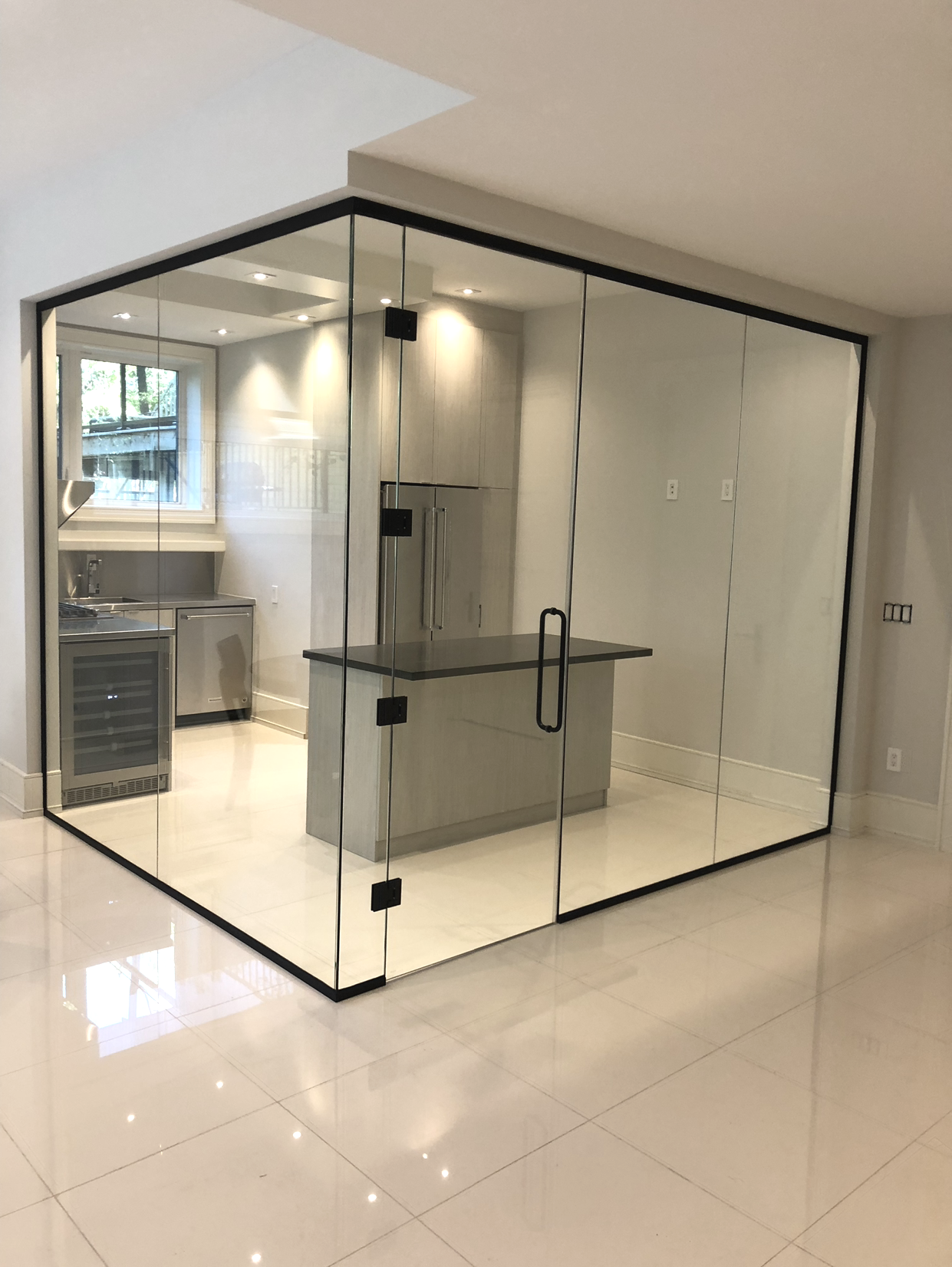 SEAMLESS GLASS PARTITIONS