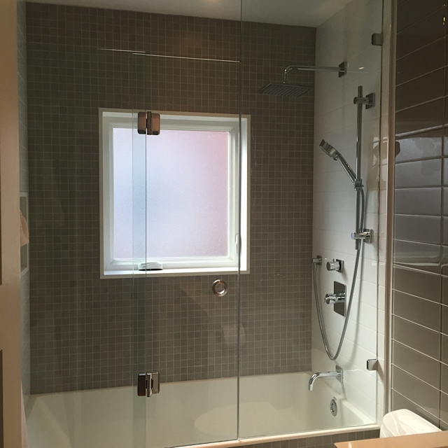 BI FOLD FRAMLESS BATHTUB SHOWER
