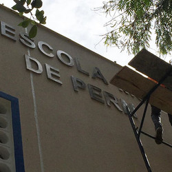 Instalação de letreiro #placaserv #plotagem #fachadas #placadeobra #letreiros #paineis luminosos #ad