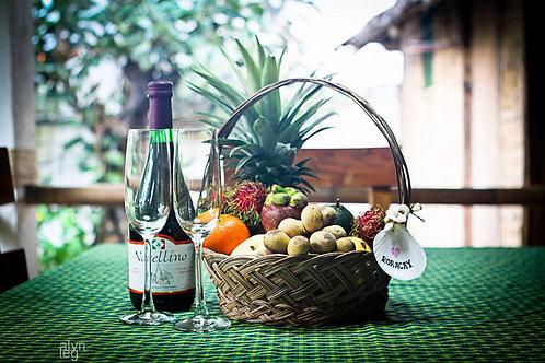 Корзина с фруктами и вино\шампанское