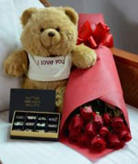 Дюжина роз с шоколадом и игрушкой