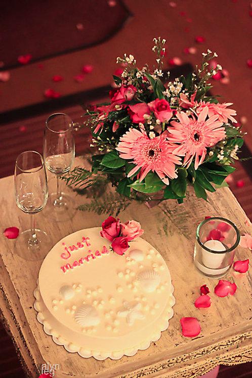 Именной торт с надписью и букет цветов