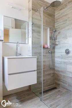מקלחת צמודה לחדר
