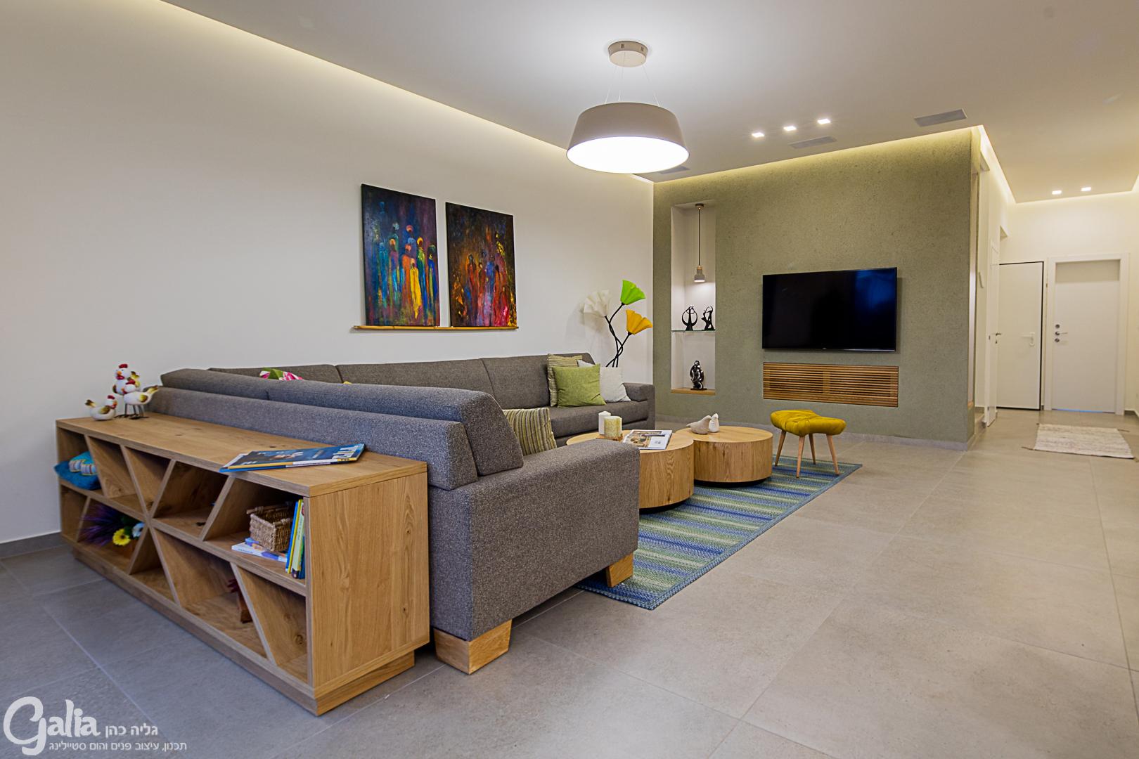 סלון עם ספה ומזנון בגב הספה